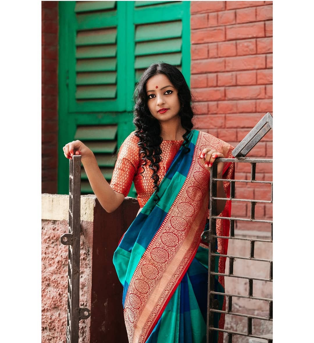how-to-wear-traditional-indian-sarees (7)