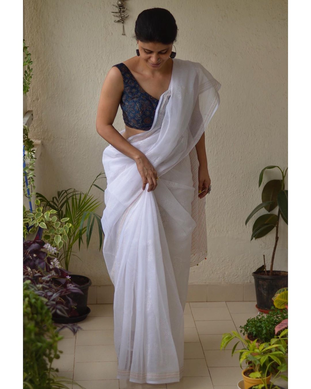 White-Saree-and-contrast-blouse(16)