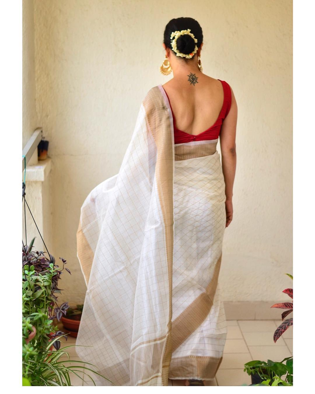 White-Saree-and-contrast-blouse(17)