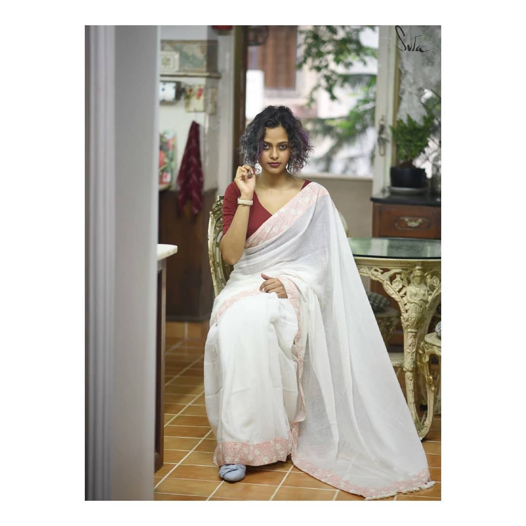 White-Saree-and-contrast-blouse(3)