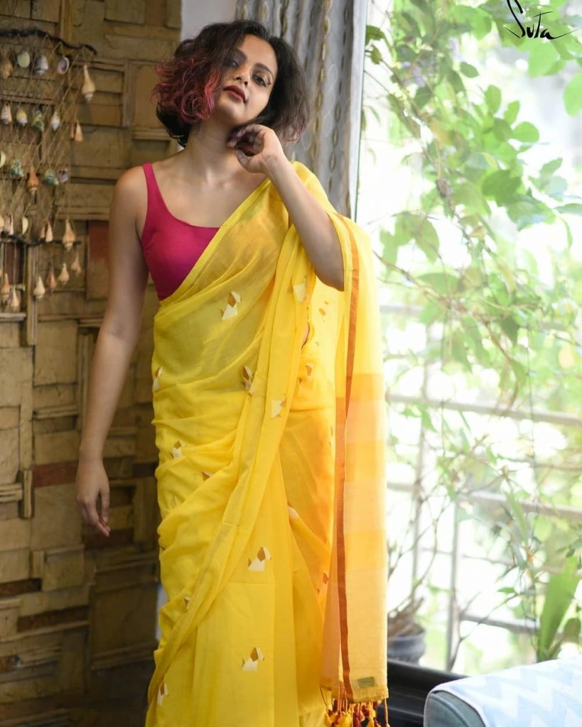 simple-saree-with-contrast-blouse