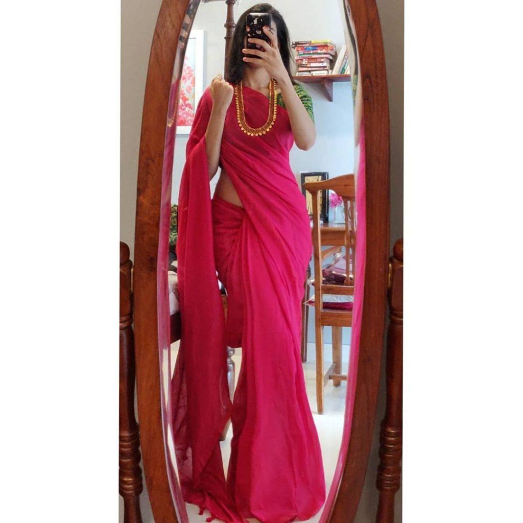 plain-saree-wearing-style-12