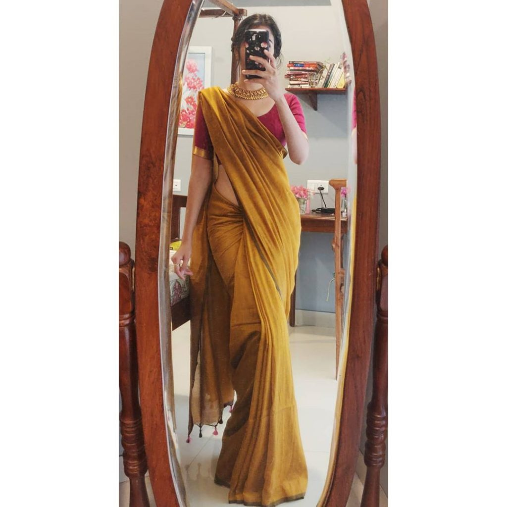 plain-saree-wearing-style-13