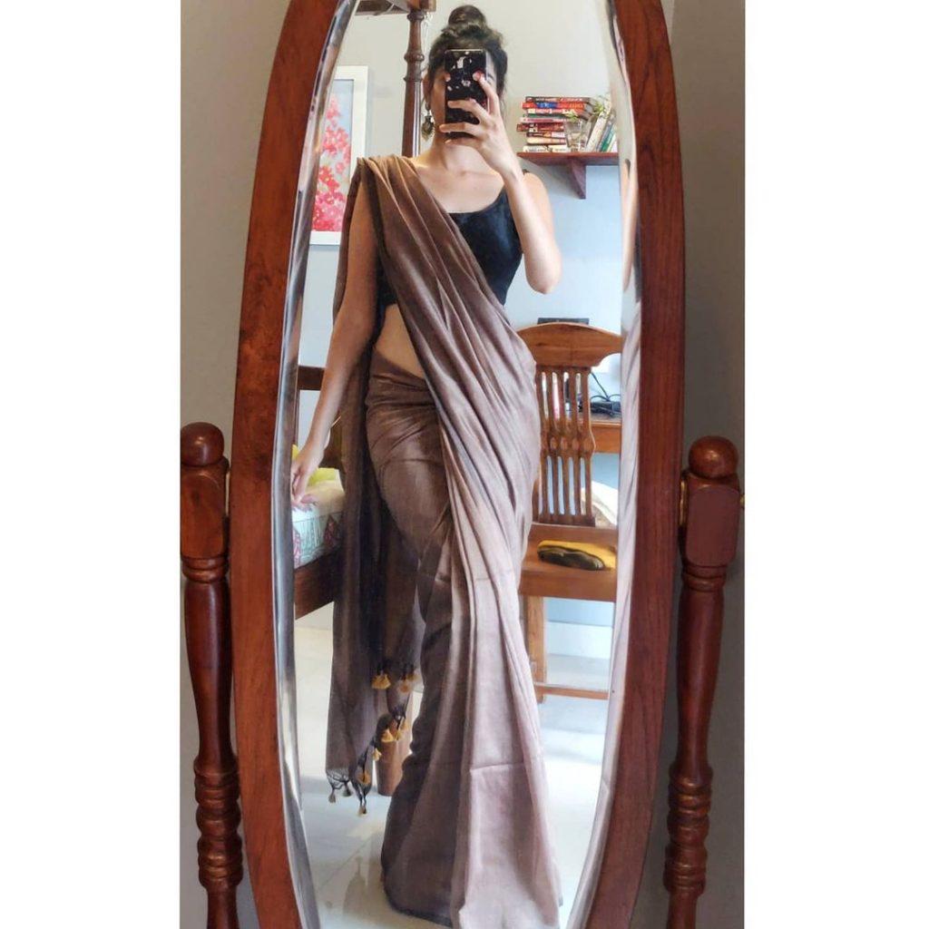 plain-saree-wearing-style-14