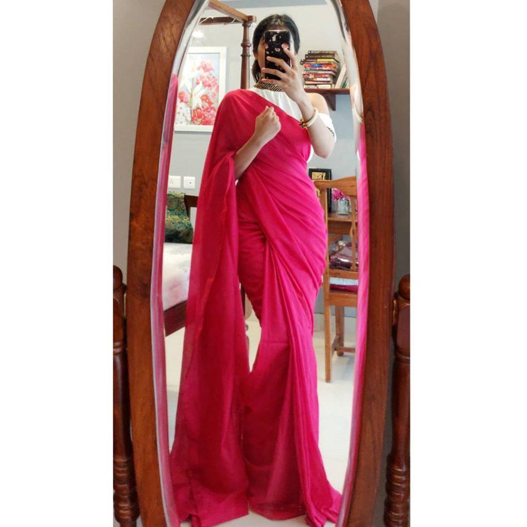 plain-saree-wearing-style-15