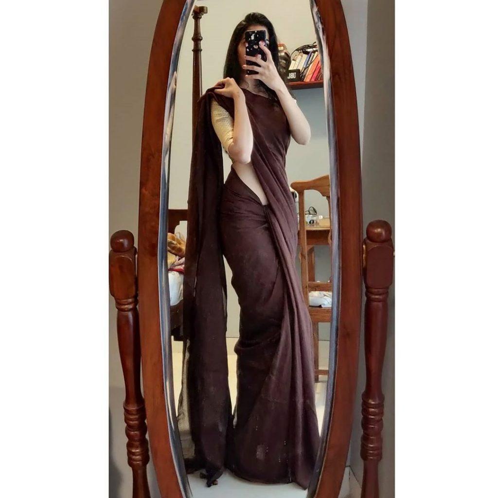 plain-saree-wearing-style-16