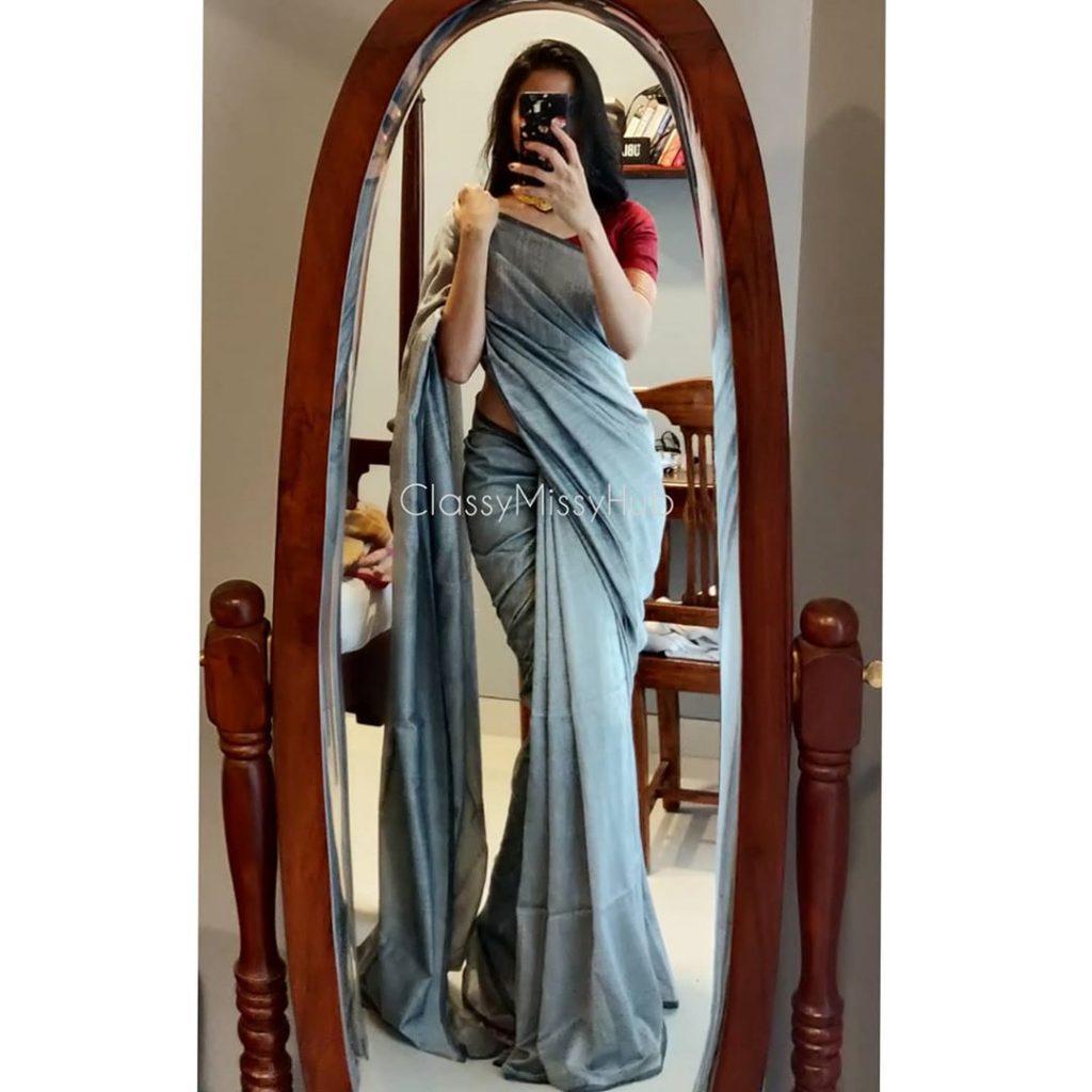 plain-saree-wearing-style-2
