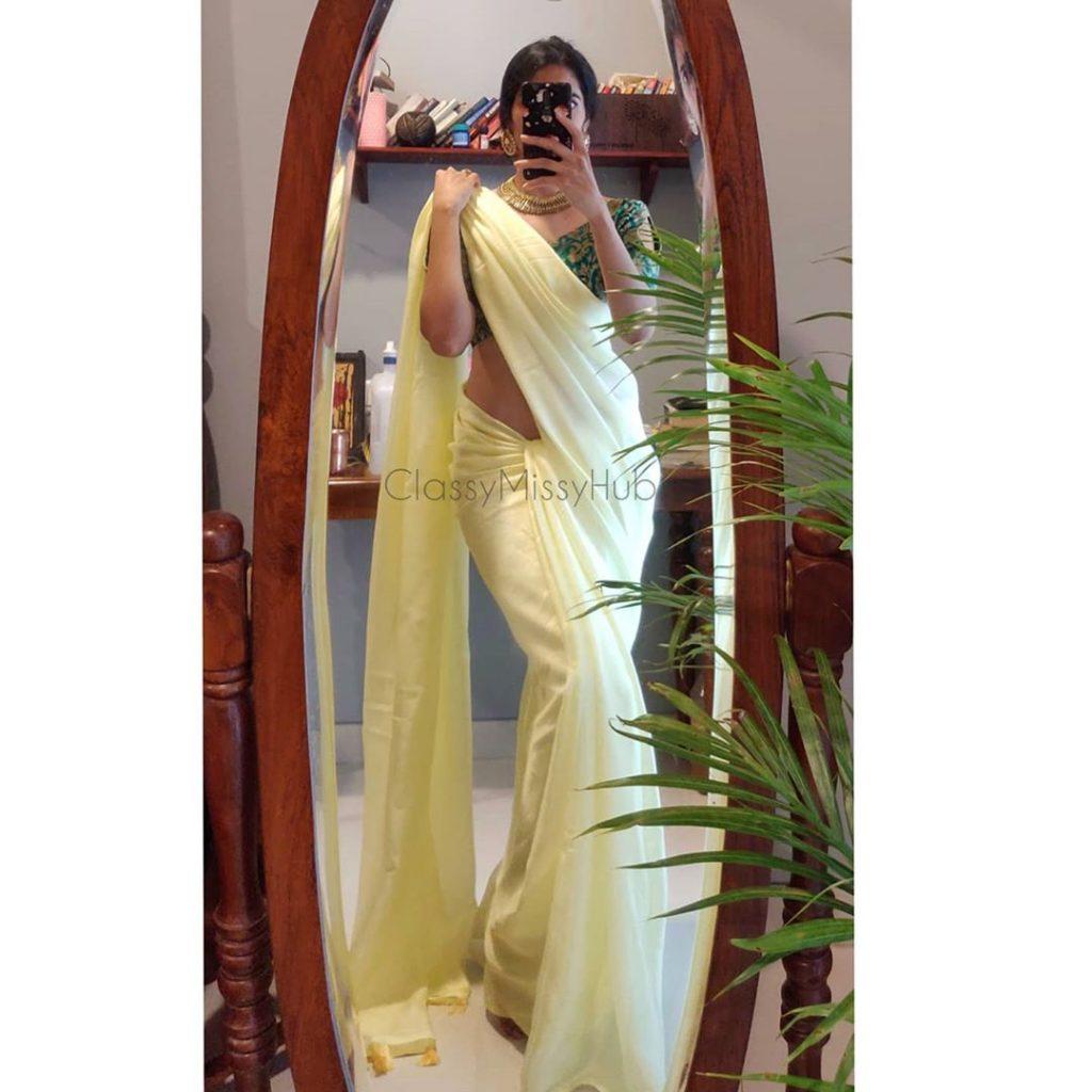plain-saree-wearing-style-7