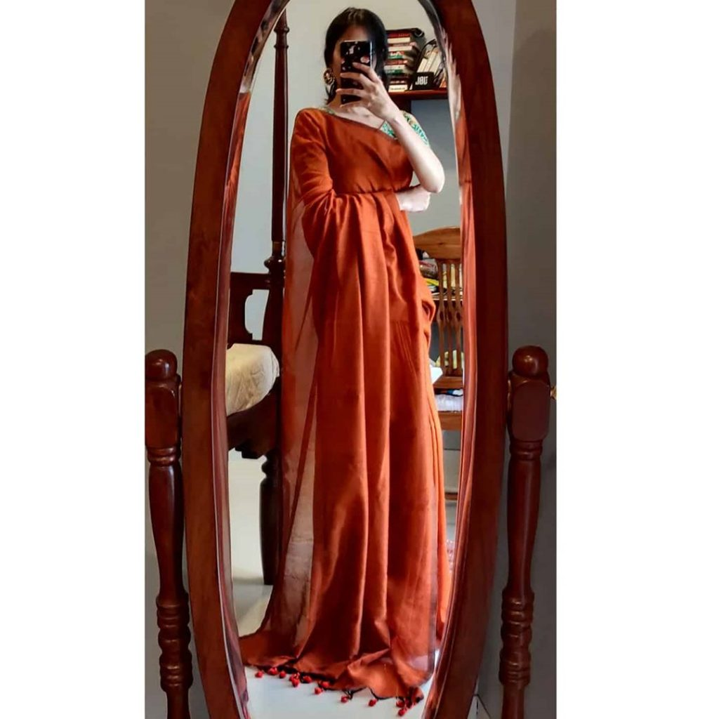 plain-saree-wearing-style-9